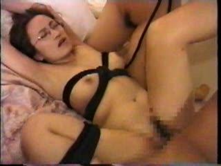 (サンピー・大乱交のハメドリムービー)(シロウト)縛られた状態で3P。ハメられながら、もう一人の女性に愛撫される眼鏡女