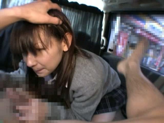 車内で頭を抑えられながら、チンポを深くまで咥えさせられるJK