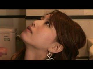 【巨にゅう動画】余命少ない男が思い出欲しさに泣き落とし。優しいキャバ嬢は男のため便所で・・・・・・♪