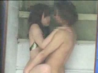 【素人】人気の無い場所で、水着姿のまま後背位セックスを始めるカップルを隠し撮り!