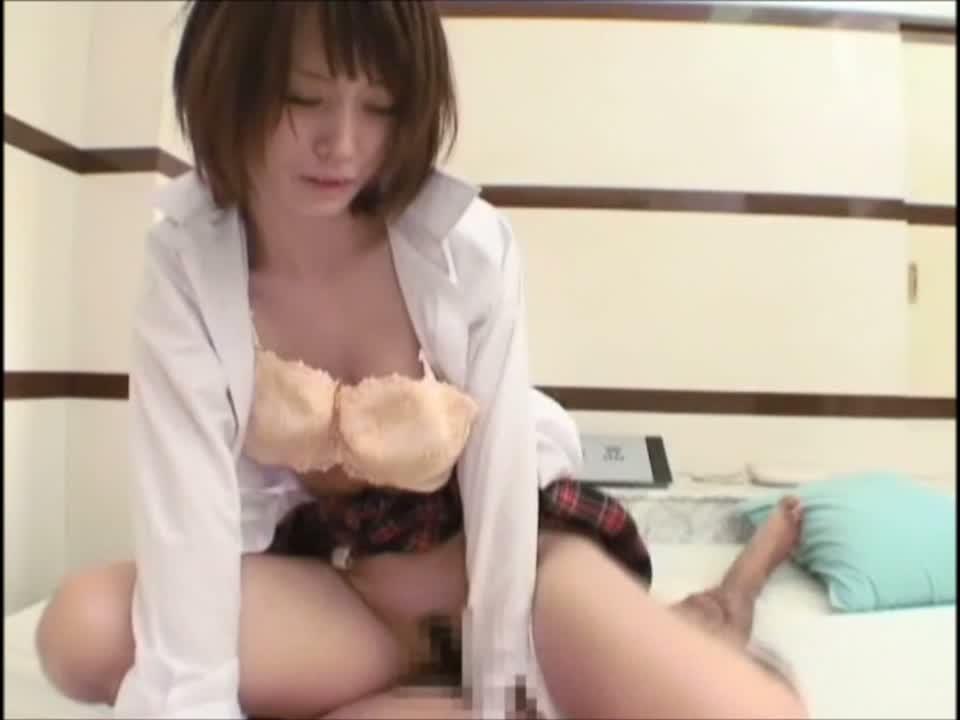 【素人】愛らしい美尻を叩かれながら後背位セックスさせられる美少女