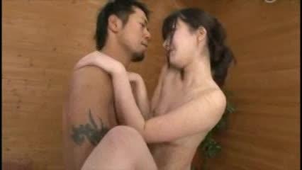 露天風呂にて、三十路の素人女性のフェラ無料jyukujyo動画。混浴露天風呂で出会ったマッチョ男の巨根に興味津々な三十路妻が手コキフェラでご奉仕してあげ膣内に中出しされる濃密セックス!