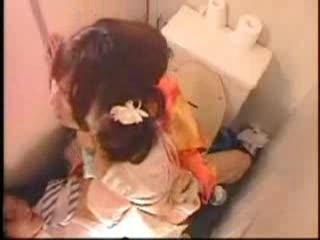 成人式でナンパされたチャラ男とトイレでセックスしちゃう着物姿のビッチギャルwまさか、盗撮され中出しもされるなんて…w